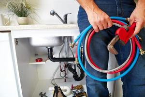 outils de plomberie sur la cuisine. photo