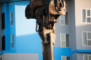 perçage de machine dans le lieu de construction photo