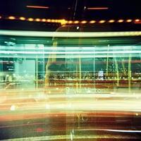Sentiers de feux de circulation sur le pont de Vauxhall la nuit photo