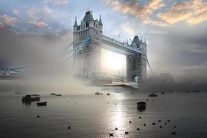 célèbre Tower Bridge dans la soirée, Londres, Angleterre photo