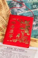 enveloppe rouge de porcelaine typique et différents billets de banque photo