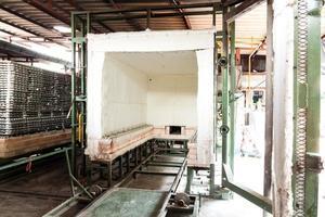 Le four en céramique de l'industrie utilise du gaz naturel comme combustible photo