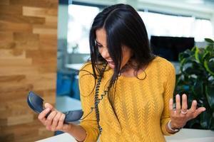 femme affaires, crier, téléphone