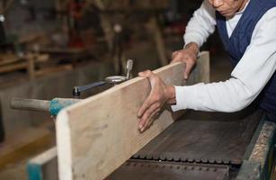 charpenterie. charpentier travaillant dans son atelier