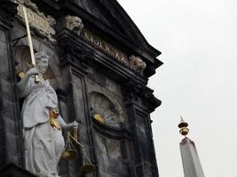 Scène du symbole de la justice statue sur la mairie de delft. photo