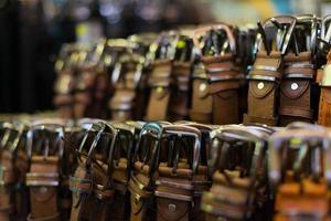 collection de ceintures en cuir dans le magasin. photo
