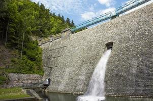 miedzygorze en pologne, barrage dans une vallée de montagne. photo