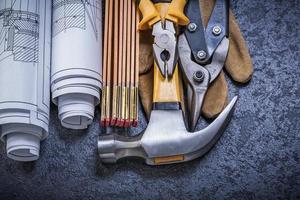 plans en bois mètre étain cisailles pinces gant de sécurité griffe hamme photo
