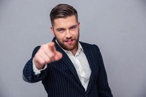 bel homme d'affaires, pointant le doigt sur la caméra photo