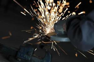 meule électrique sur construction en structure métallique photo