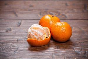 mandarines sur table en bois photo