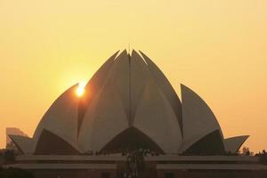 temple du lotus au coucher du soleil, new delhi photo