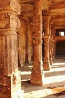 Colonnade à quitab minar temple, inde photo
