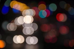 lumières de voiture de route de grande ville la nuit photo