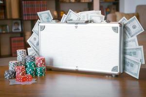 jeu de poker dans un boîtier métallique avec beaucoup d'argent photo