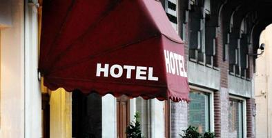 Signe de l'hôtel sur un bâtiment de l'hôtel photo