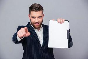 homme d'affaires, pointant le doigt sur la caméra photo