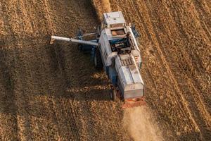 vue aérienne de moissonneuse-batteuse sur le champ de récolte photo