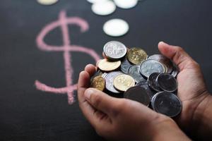 main pleine de devises étrangères. photo