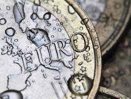 Détail de la pièce en euros avec des gouttes de pluie photo