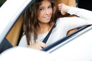 belle jeune femme au volant de sa voiture photo