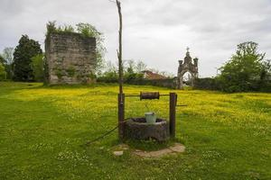 vieux puits avec seau en fer photo