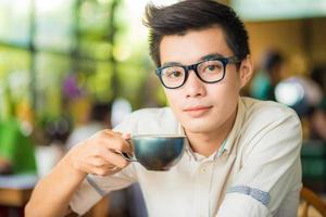 grand plan, portrait, de, affaires, homme asiatique, boire, café photo