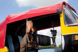 chauffeur de pousse-pousse automobile indien relaxant photo
