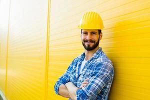 travailleur adulte avec casque sur mur jaune photo