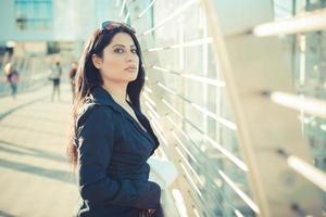 beau, longs cheveux noirs, élégant, femme affaires photo
