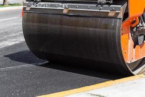 détail du rouleau compresseur pendant la construction de la route photo