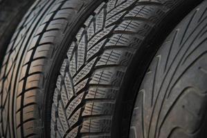 pneus de voiture neufs et d'occasion photo