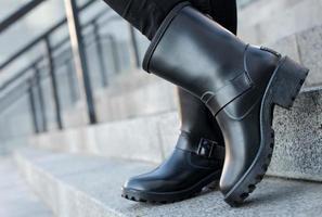 gros plan de bottes de chaussures femmes élégantes. concept de chaussures de plein air photo