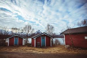 Maison rouge typique près de la côte de la mer en Norvège photo