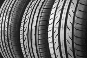 fond de pneus de voiture dans une rangée. photo