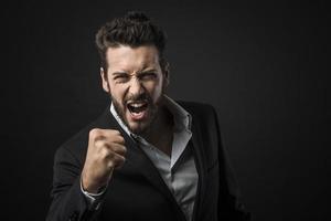 homme d'affaires en colère montrant les poings photo