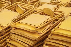 pile de chaises pliantes jaunes photo