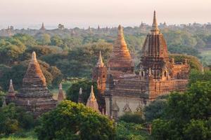stupa antique à bagan myanmar photo
