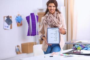Jeune créateur de mode moderne travaillant au studio photo