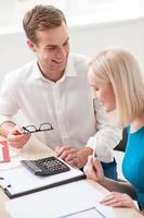gai jeune agent immobilier consulte un client