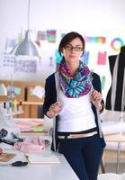 belle créatrice de mode debout en studio photo