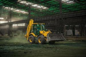 intérieur industriel avec bulldozer à l'intérieur