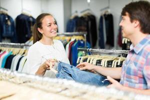couple choisit un jean à la boutique photo