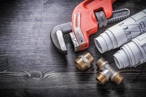 raccords de plomberie en laiton clé à molette plans de construction laminés photo
