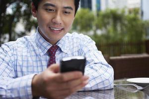 homme affaires, utilisation, téléphone portable, à, café extérieur photo