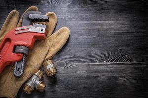 clé à singe raccords de tuyauterie en cuivre gants de protection en cuir flic photo