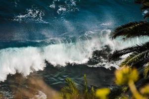 vague déferlante sur la plage photo