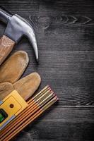 Composition de griffe marteau gants de protection compteur en bois constr photo