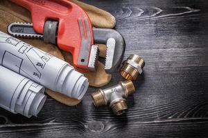 clé à tube laiton raccords de plomberie gants de sécurité rouleau de modèle photo