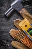 Collection de griffe marteau gants de protection compteur en bois constru photo